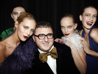 Alber Elbaz, en 2007 con un grupo de modelos en París.
