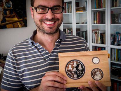 Álvaro Albero muestra los ecus que guarda en su casa, en Vigo.