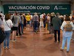 Sevilla/20-05-2021: Colas para sacar número en el centro de vacunación instalado en el Estadio Olímpico de Sevilla.FOTO: PACO PUENTES/EL PAIS