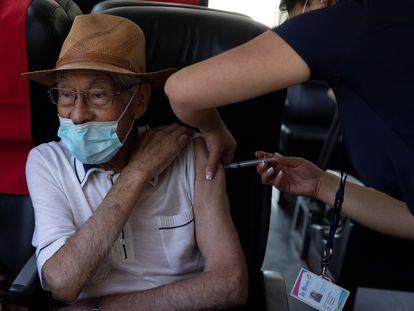 Una enfermera vacuna contra la covid-19 a un adulto mayor, en la comuna de La Reina, en Santiago de Chile, el 8 de febrero.