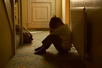 Un niño solo en su casa.