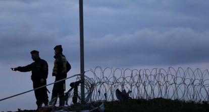 Policías húngaros, el viernes en la frontera con Croacia.