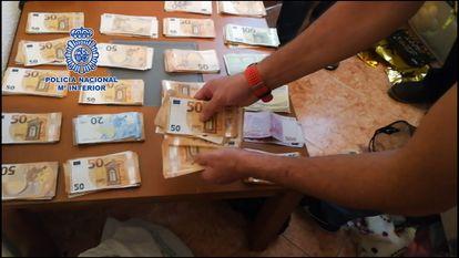 Parte del dinero intervenido durante la operación policial en Málaga.