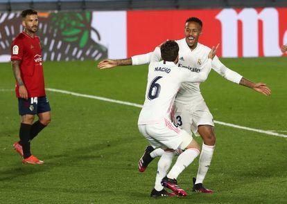 Militao celebra con Nacho su gol ante Osasuna este sábado en Valdebebas.