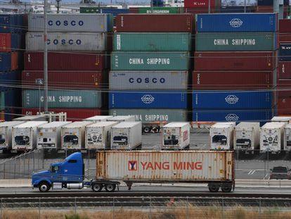 Contenedores con mercancías de Asia, este viernes en la terminal de carga de Long Beach (California).
