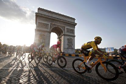 El último ganador del Tour, Egan Bernal, durante la última etapa del año pasado.