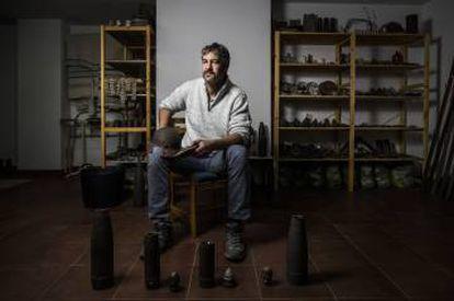 Ernesto Viñas, fundador de Brunete en la Memoria, en su museo en el garaje de su casa en Quijorna.