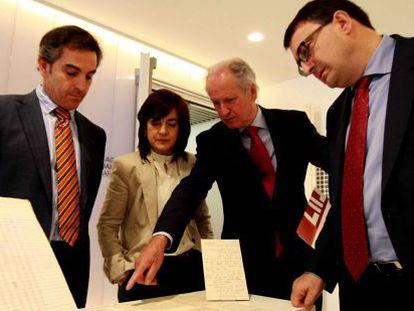En el centro, el presidente de la Fundación Sabino Arana señala unos documentos, incluidos dentro de los devueltos al PNV por el Archivo de Salamanca.