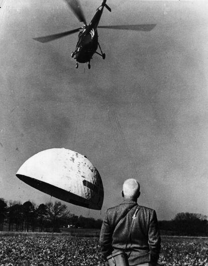Fuller observa cómo un helicóptero de la marina estadounidense eleva su cúpula geodésica en Orphan´s Hil.  