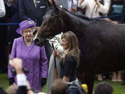La reina Isabel con 'Estimate', ganadora de la Copa de Oro de Ascot en 2013.