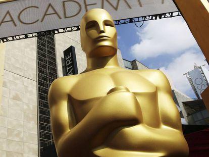 Una de las estatuas de los Oscar, a la puerta del teatro Dolby.