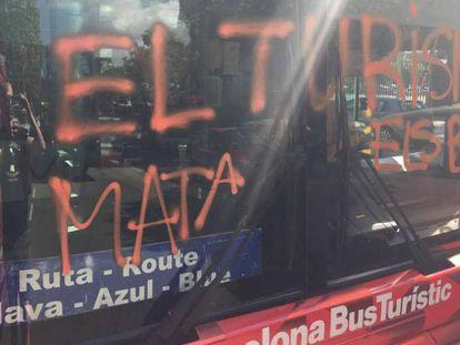 Fotografía de la luna del bus pintada por activistas de Arran.