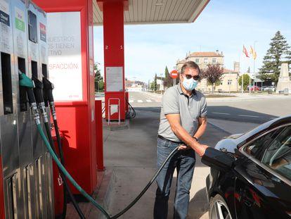 Un hombre llena su depósito en una gasolinera de Fuentes de Oñoro (Salamanca, España).