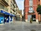 Confluencia de la calle ollerías con la plaza de la Constitución, casi desierta a las cinco y media de la tarde del sábado.