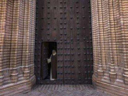 La madre superiora del convento Santa Paula en Sevilla abre la puerta de la iglesia.