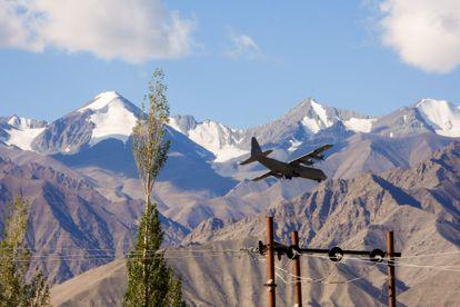 Un avión Hércules de transporte militar indio se prepara para aterrizar en una base en el territorio de Ladakh, fronterizo con China