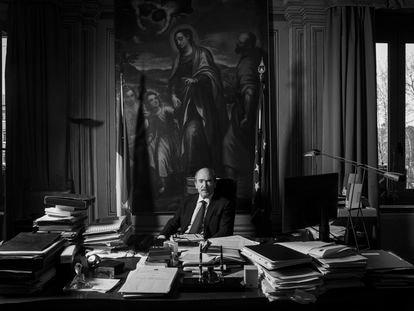 Federico Cafiero de Raho, fiscal general antimafia de Italia, posa en su despacho de Roma.