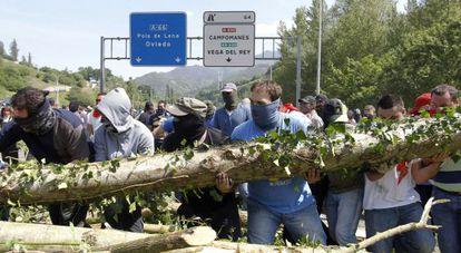Mineros cortan la N66 a la altura de Campomanes, cerca de Oviedo.