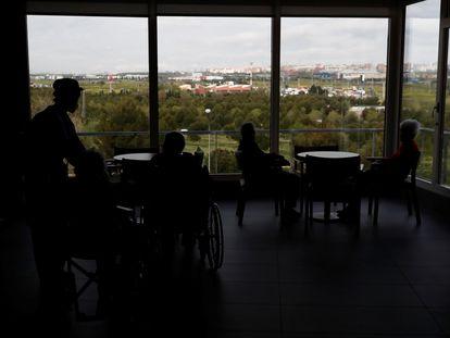 Un grupo de mayores permanece en el interior de residencia, en una imagen de archivo