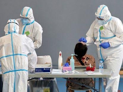 Personal sanitario realiza pruebas PCR durante la campaña de cribado masivo para contener contagios de covid-19 que ha comenzado el jueves en Girona.