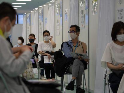 Varios ciudadanos esperan recibir una dosis de la vacuna de Moderna, el 30 de junio en Tokio.