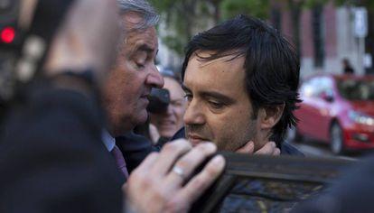 El hijo de Mario Conde, Mario Conde Arroyo, acompañado del abogado Ignacio Peláez, a su salida de la Audiencia Nacional.