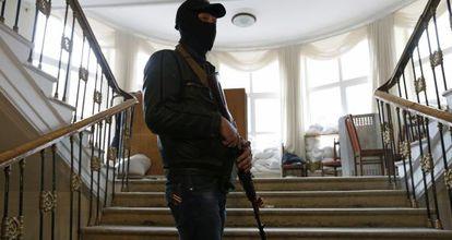 Un activista prorruso hace guardia en el Ayuntamiento de Lugansk.