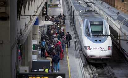 Viajeros en la estación de Santa Justa en Sevilla a punto de coger un AVE.