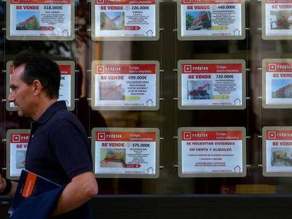 Carteles de venta de pisos en Madrid.