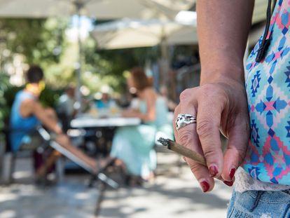 Una mujer, fumando por la calle el pasado 18 de agosto.