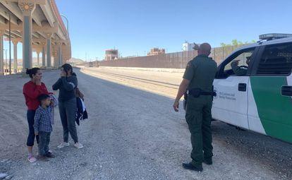 El sargento Martínez detiene a Jessica Arina Peralta y sus dos hijos, de 17 y 4 años, el pasado jueves nada más pisar terrirorio de Texas en el centro de El Paso.
