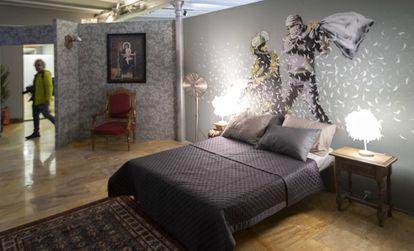Copia de 'Guerra de almohadas palestino-israeli', de Banksy, en la muestra de Barcelona.