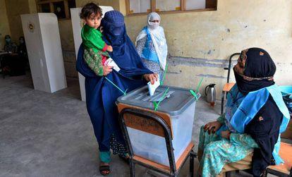 Una mujer vota el sábado en un colegio electoral en Jalalabad.