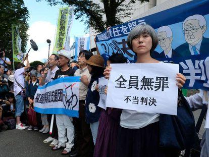 Protesta ante el tribunal de Tokio tras la absolución de los directivos de Tepco.