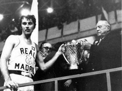 Clifford Luyk y Santiago Bernabéu posan con la quinta Copa de Europa del Madrid.