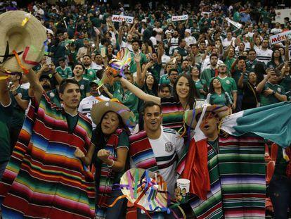 Aficionados mexicanos en el estadio Azteca.