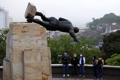 La estatua de Sebastián de Belalcázar, un conquistador español del siglo XVI, yace después de que fuera derribada por indígenas en Cali, Colombia.