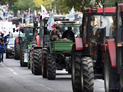Agricultores franceses en dirección a Marsella en un acto de protesta.