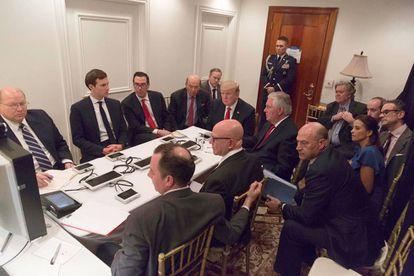 El presidente Trump, rodeado de sus asesores, recibiendo información del ataque a Siria por teleconferencia en Mar-a-Lago.