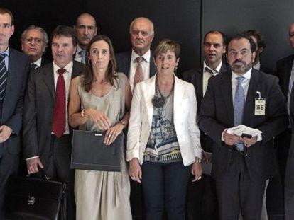 Arantza Tapia, en el centro, junto a representantes de patronales y empresas.