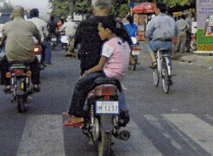 Un turista traslada a una menor, probablemente una víctima.