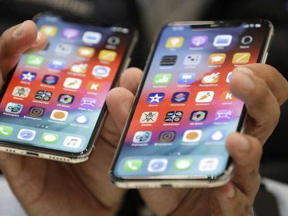 Los nuevos modelos iPhone XS (izquierda) y XS Max, tras ser presentados este miércoles. En vídeo, un especialista analiza las novedades.