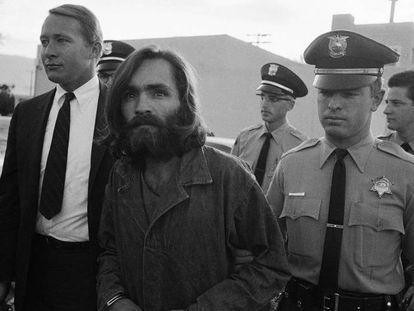 Charles Manson es escoltado al juzgado, en 1969. En vídeo, siete respuestas que definen a Charles Manson.
