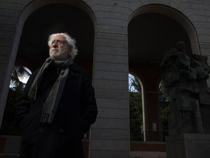 El escultor José Noja posa junto a su obra de Francisco Largo Caballero, en Madrid.