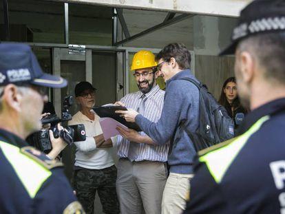 Agentes y técnicos junto al responsable de los pisos colmena.