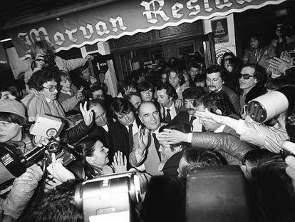 François Mitterrand, en su feudo de Château-Chinon, en la noche de su victoria electoral el 10 de mayo de 1981.