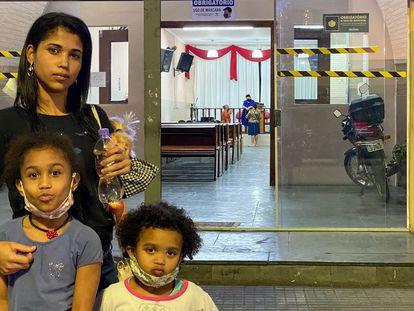 Kaiala dos Santos, 25 años, es fotografiada con dos hijas frente a una iglesia evangélica en el centro de São Paulo.