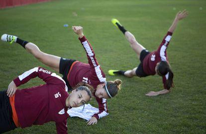 Las jugadoras del club Escuelas de Fútbol Logroño, en plena sesión.