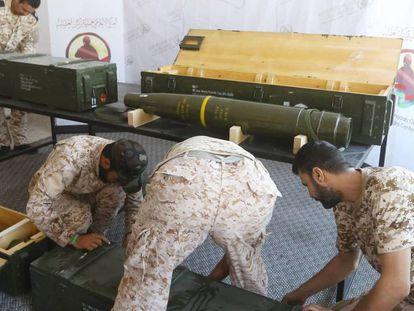 Uniformados del Gobierno de Unidad Nacional inspeccionan misiles enviados por Emiratos e incautados a las fuerzas leales al general Hafter, el pasado 29 de junio. En vídeo, declaraciones recientes de Erdogan.