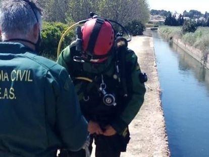 Imagen difundida por la Guardia Civil del canal de riego y efectivos del rescate del cuerpo sin vida de la mujer asesinada en Valencia el pasado 3 de abril.